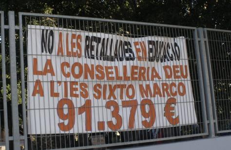 Pancarta contra los recortes en el IES Sixto Marco