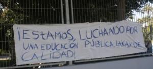Pancarta a favor de la educación pública en el IES Sixto Marco